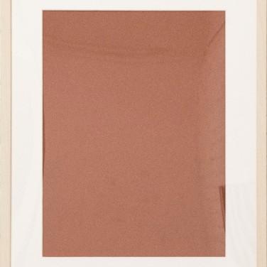Gerber Pál - Egy vörösesbarna színnel, folt nélkül, egyenletesen lefestett felület, amely látszólag olyan, mint egy color field festmény, de nem az. Nem az, egyrészt mert a szín eleve meghatározott volt, s nem a festő által választott szín, másrészt ez a szín és maga a festmény, egy konkrét helyzetet példázó, a közízlésről szóló kép. Az a gyönyörű vörös került felfestésre, amely pár évig szerepelt az OBI kínálatában, ám mivel a polcokon maradt, idővel kivonták a forgalomból. Az a szín tehát, amit a hazai közízlés elutasított. A száraz festmény valóságos problémáról szól. A szín, melyet a hazai közízlés elutasított