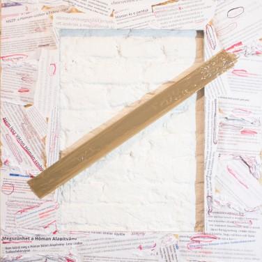 Pető Hunor: TILTOTT RÉTEG 2019 90x110 cm, vegyes technika (papír, print, cellux, OSB) A 2015-ben kulminálódott Hóman Bálint köztéri szobra körül kialakult kultúrpolitikai harcra reflektál a mű. Az elkészült szobrot a megrendelőt és a kivitelezőket kivéve nem látta senki, sem akkor, sem azóta. Az összes mellette álló, illetve tiltakozó csak egy OSB által elkerített részt látott, tagadott a székesfehérvári téren, így beszélhetünk egy nemlétező, de ugyanakkor tiltott műtárgyról, egy tiltott kultúrpolitikai síkról, egy olyan rétegről, ami az egy évet átölelő tiltakozások által az elutasításnak, a mindenkori opponenciának a táptalaja lett. A megrendeléstől kezdve az engedélyeztetésen túl a tiltakozásig, majd az azok alapján történt ítélethozatalig nap mint nap fáziseltolódással érkeztek hozzám az információk, hasonlóan a Photoshopban használt elcsúszott layerekhez. Az utolsó layer viszont felülírta, kiradírozta az előzőeket a szobor betiltásának deklarációjával, így azt is mondhatnánk, hogy az utolsó, tiltott réteg a maga okozta hiányával felülírta az előző, már elkészült rétegeket.